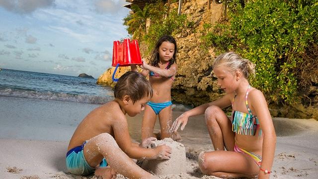 deca na plazi